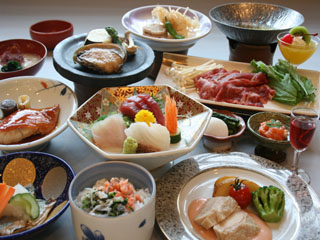 ホテルラヴィエ川良 (夕食)会席。基本プランでも、活き鮑、金目鯛、牛しゃぶがついて13品