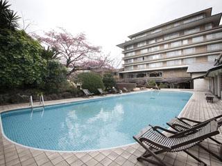 星野リゾート 界 伊東 源泉プールも。朝にはスタッフによる水中ウォーキングの指導も行っている