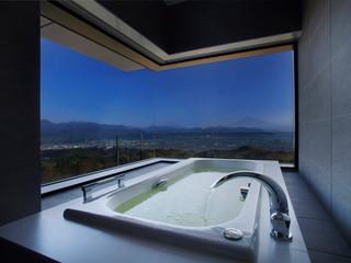 日本平ホテル コーナースイートはバスルームからも景色が楽しめる