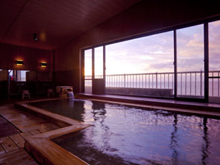 片瀬館ひいな 石風呂と檜風呂両方楽しめる海一望の大浴場