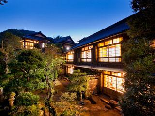 落合楼村上 創業より年輪を重ねる庭の木々と文化財の建物