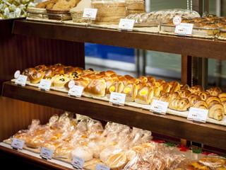 名古屋観光ホテル 定番のものから旬のものまで、様々な種類のパンやケーキが並びます