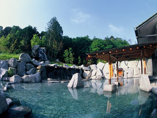 青山高原リゾート ホテルローザブランカ アルカリ性単純泉の天然温泉を用いた大浴場に加え、男女別に造られた天然露天風呂