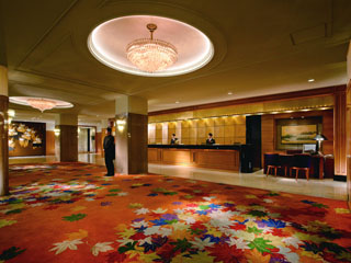 リーガロイヤルホテル京都 落ち着いた雰囲気でお客様をお迎えするロビー