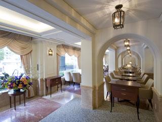 京都ホテルオークラ 1階カフェレックコート。テイクアウトコーナーは、ホテルデリカが種類も多く人気