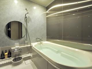 クロスホテル大阪 足を伸ばせる深く大きな浴槽が特徴。充実のバスタイムをどうぞ