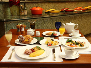 イタリアトスカーナ地方の別荘を彷彿させる雰囲気の中での優雅な朝食