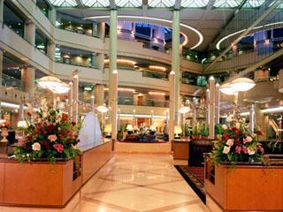 ホテルニューオータニ大阪 ロビーは4階まで吹き抜けで自然光がさしこむ