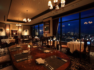 ホテルモントレグラスミア大阪 レストラン:窓一面に大阪市街の絶景が広がります