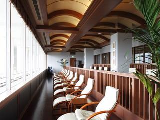 ホテルモントレ ラ・スール大阪 開放的な窓のあるラウンジで軽食やドリンクもぜひ!