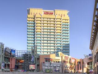 ホテル京阪ユニバーサル・シティ ブルーとイエローのトロピカルな色調が特徴的な外観