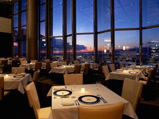 ホテル京阪ユニバーサル・タワー 32階のレストラン「トップ・オブ・ユニバーサル」。店内は飛行船をイメージ。