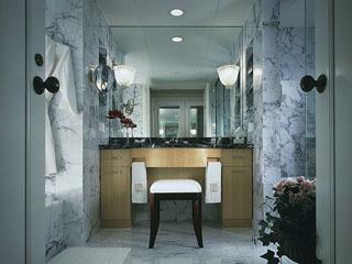 ホテル阪急インターナショナル バスルームには大理石を贅沢に使用。至福のひとときを味わえます