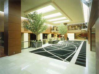 ホテル日航大阪 喧騒をよそに、くつろぎと安らぎに満ちた空間のロビー