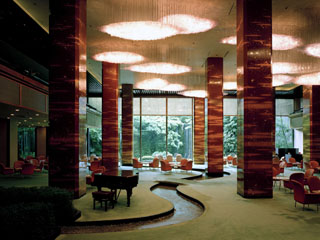 リーガロイヤルホテル 滝のある日本庭園と水の回廊が美しい「メインラウンジ」