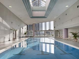 ANAクラウンプラザホテル神戸 リゾート気分が満喫できる全天候型の屋内プールやアスレチックジム、サウナも完備