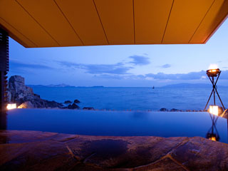 赤穂温泉 銀波荘 岩海の湯露天風呂から小豆島を望む夜景が楽しめます