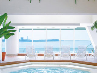 神戸メリケンパークオリエンタルホテル 海がそのまま続いているかのような、開放感あふれるリラクゼーションプール