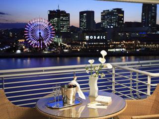 神戸メリケンパークオリエンタルホテル 港の夜景や行き交う船を眺めながら、豪華客船で旅しているかのようなひとときを
