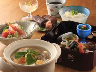 ホテル日航奈良 和処「よしの」では、奈良名物の大和鍋や三輪そうめんもご用意できます。