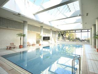 白浜古賀の井リゾート&スパ 爽やかなブルーと白の格子柄が綺麗な室内温水プール