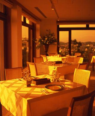 リゾートホテル ラフォーレ南紀白浜 夕陽に染まるレストランで至福の一時を