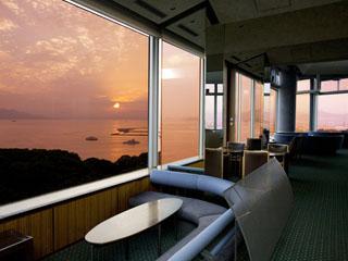 グランドプリンスホテル広島 最上階ラウンジからは、ゆっくりと瀬戸内海に沈む夕日をご覧になれます