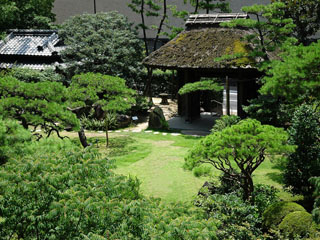 広大な庭園「詠風庭」には、自然の川が流れています
