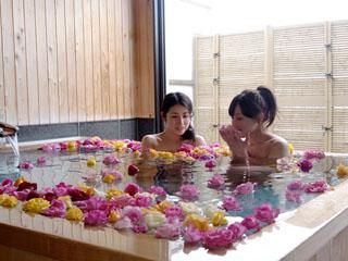 道後プリンスホテル 道後唯一の4種の貸切露天風呂でプライベートな湯浴みをお楽しみ下さい※バラはOP