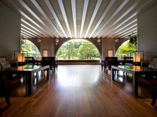 高知城下の天然温泉三翠園 ゆったりとした時間が流れる開放感あるロビー