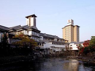 和多屋別荘 嬉野川の両岸に3万坪の敷地と広大な日本庭園を有した本格的な純和風旅館。2ヶ所の露天風呂など館内の風呂めぐりあり。