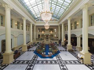 ホテルアムステルダム 開放感溢れ、光が吹き抜けるアトリウムロビー