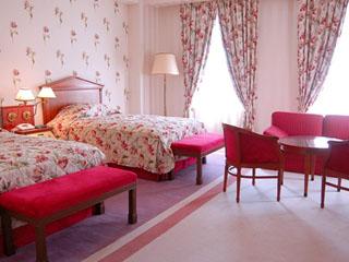 ホテルアムステルダム ベッドカバーやカーテンも優雅さが溢れた、最上階のローラアシュレイルーム
