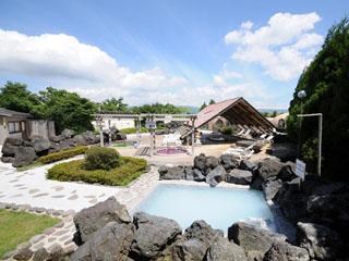 阿蘇ファームヴィレッジ(阿蘇ファームランド) 日本最大級の大庭園露天風呂。展望風呂や寝湯、洞窟風呂など多彩な風呂が揃う