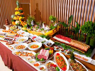 杉乃井ホテル本館 約80種のメニューが並ぶ夕食バイキング。大分名物や県産食材が味わえる