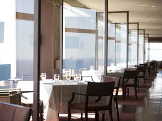 シェラトン・グランデ・オーシャンリゾート 42Fには、川越達也シェフプロデュースのレストランも