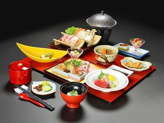 旅行人山荘 鹿児島の黒豚を使用した人気の「おおすみ鍋」(はなぶさ御膳)