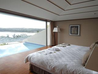 オリエンタルヒルズ沖縄 ベッドルームからも、プライベートプール、海がご覧いただけます