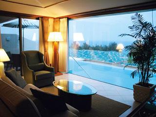 オリエンタルヒルズ沖縄 リビングルームからも、プライベートプール、海がご覧いただけます