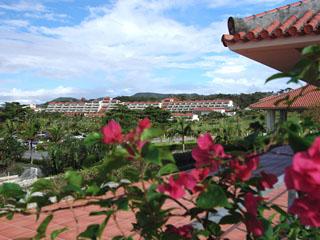 カヌチャベイホテル&ヴィラズ 沖縄の鮮やかな空や海、風情ある赤瓦と白亜の壁が特徴的
