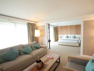 クラブメッド石垣島(カビラ) スイートは、木と柔らかなベージュ基調のスタイリッシュで開放的な雰囲気