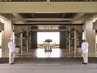 ザ・ブセナテラス 開け放たれたエントランスでは白い制服に身を包んだバドラーが出迎える