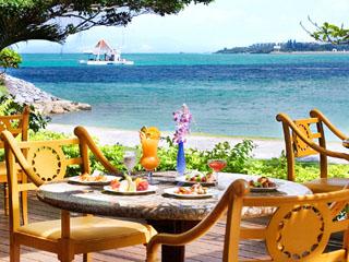 海を眺めながらランチ100種、ディナー120種を楽しめる
