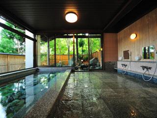 猿ヶ京温泉 生寿苑(しょうじゅえん) 肌にあたる森風とゴツゴツとした岩肌が大自然を感じさせる野趣あふれる岩露天風呂