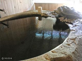 源泉掛流しの湯めぐりテーマパーク龍洞 「巨石」は大きな石をくりぬいた、龍の彫り物が施された浴槽