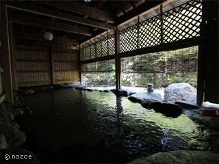 源泉掛流しの湯めぐりテーマパーク龍洞 お湯は無色透明で、しっとり感のある弱アルカリ性単純温泉。