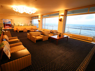 ゆうなみの宿瀬波ビューホテル 開放感あふれるロビーラウンジ