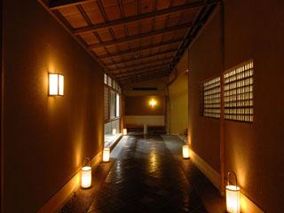 山翠楼 玄関は料亭風の長い石畳となっております