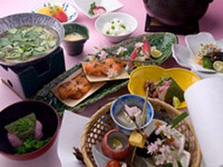 箱根花紋 四季で月替りの懐石料理がお楽しみいただけます