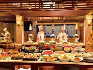 はいむるぶし <小浜島> 沖縄県産のみずみずしい食材を、琉球をはじめ和・洋のブッフェスタイルで